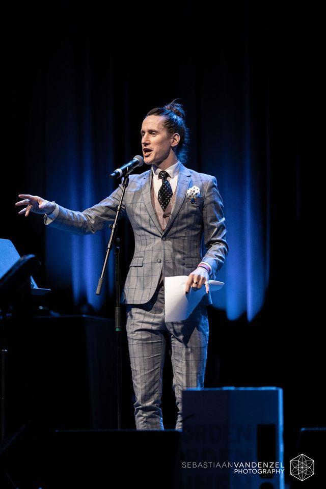 Jesse Laport, spoken word, poezie, woorden worden zinnen, oost nederland, gelderland, arnhem, jules deelder, suit