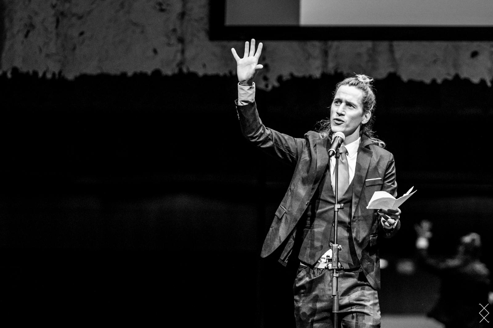 Jesse Laport, stadsdichter, musis, arnhem, spoken word, poetry, vers, suit.